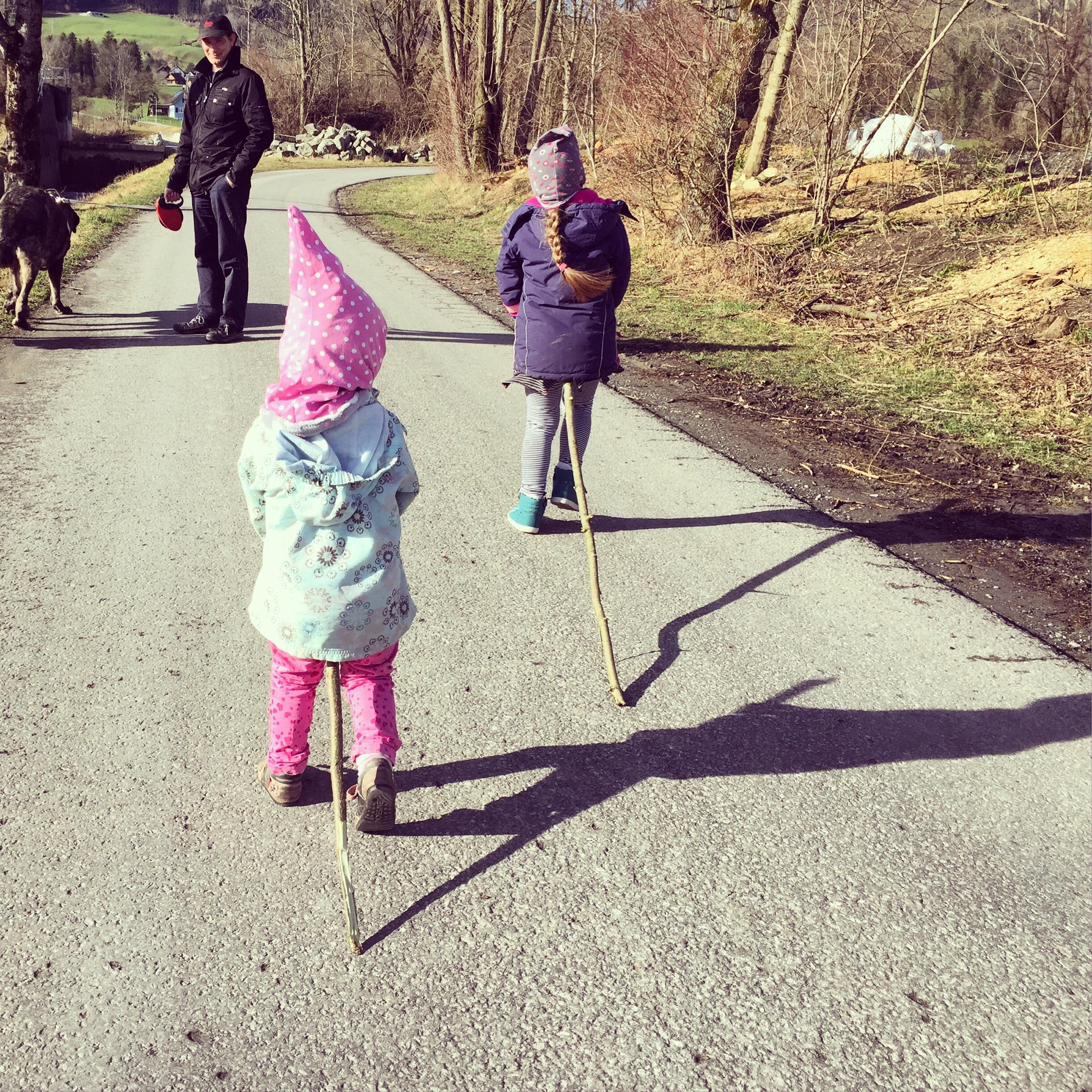 Zondagochtend was het even mooi weer en gingen we op pad. De meiden namen hun paard mee.