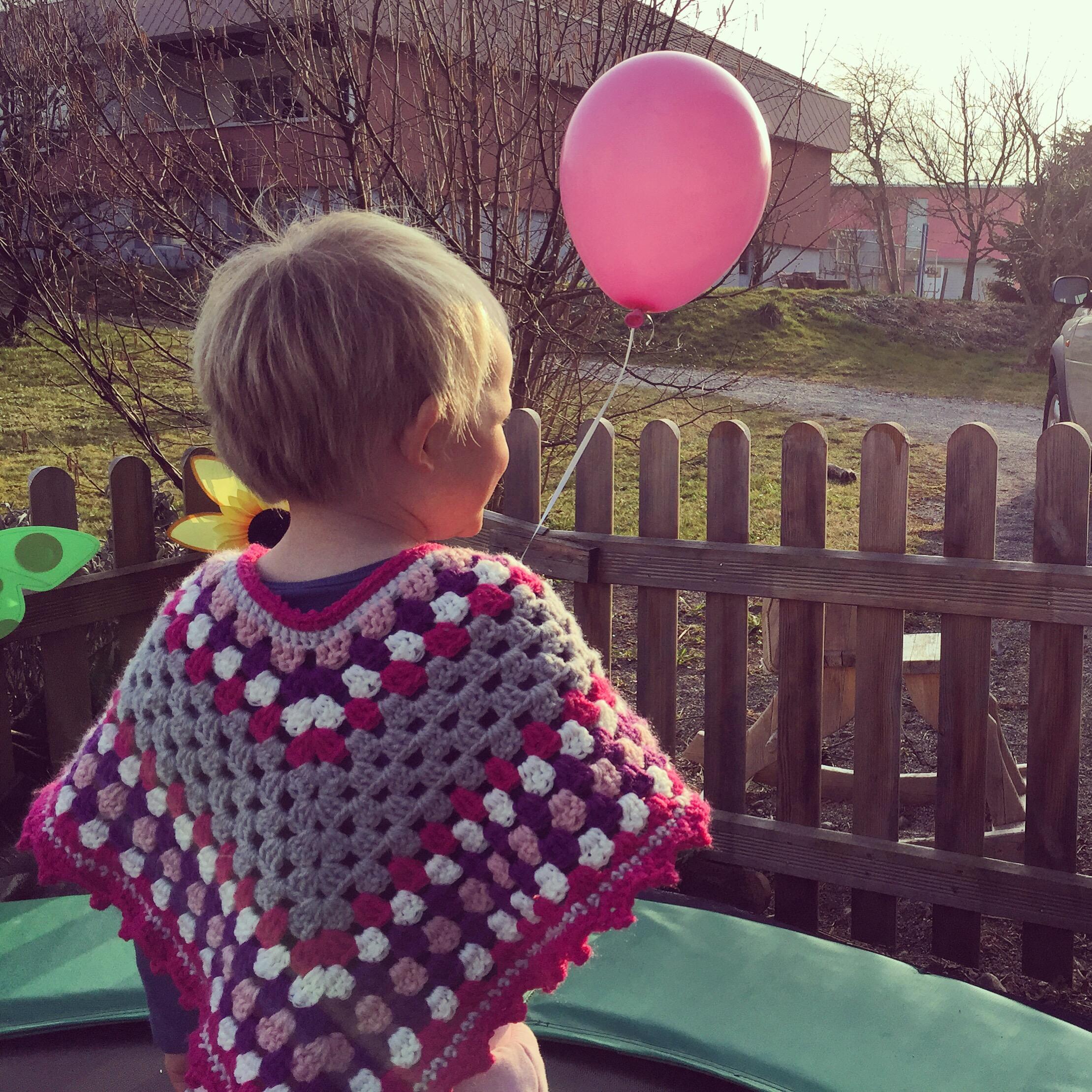 Eva ging ook mee en had het ondanks de koorts goed naar haar zin. Liza kreeg deze poncho van mijn zus Mijke, mooi he!