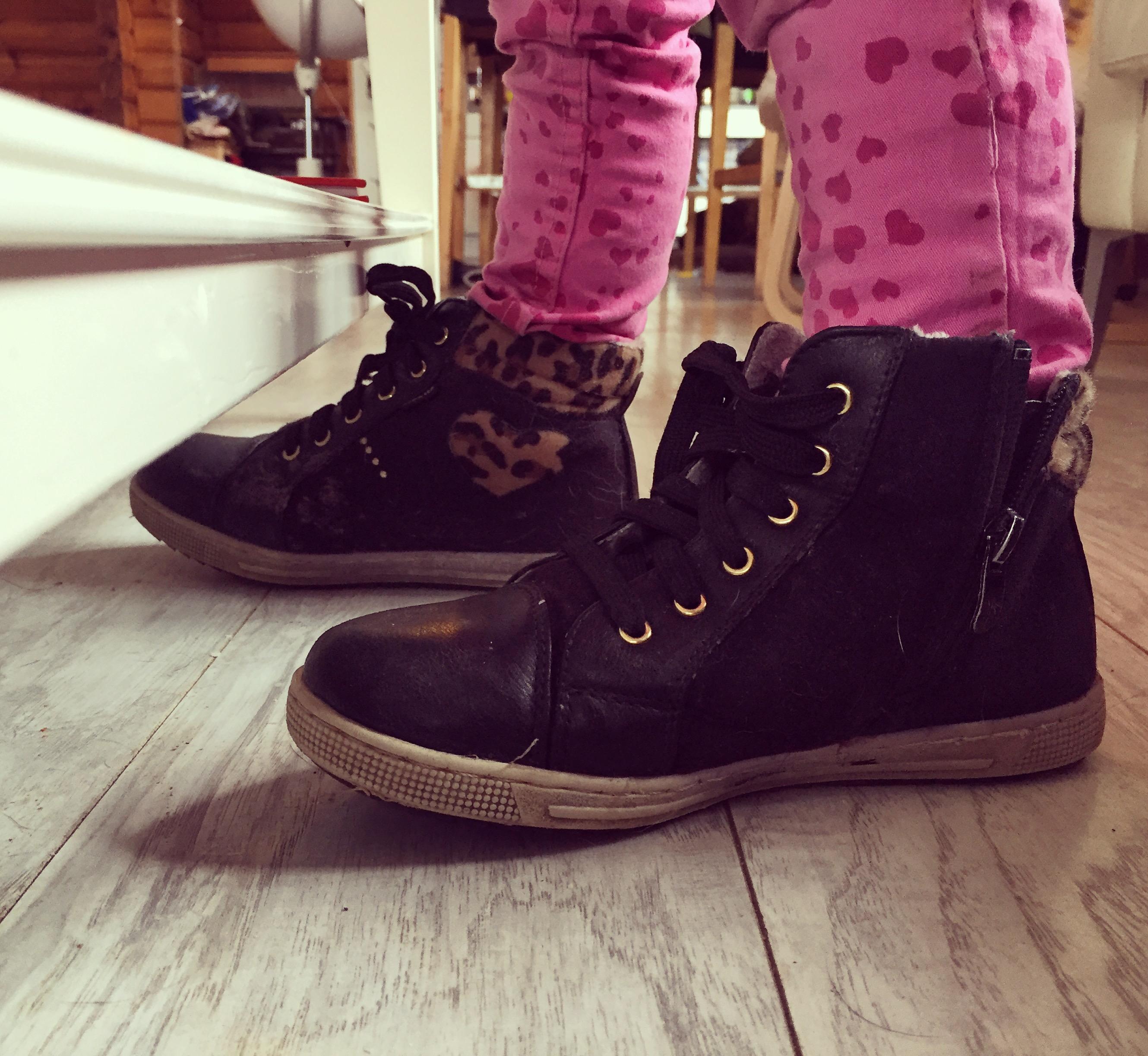 Vrijdagochtend starten we heel rustig en langzaam op. Televisie aan, iPad aan, boekjes erbij en de schoenen van je zus.