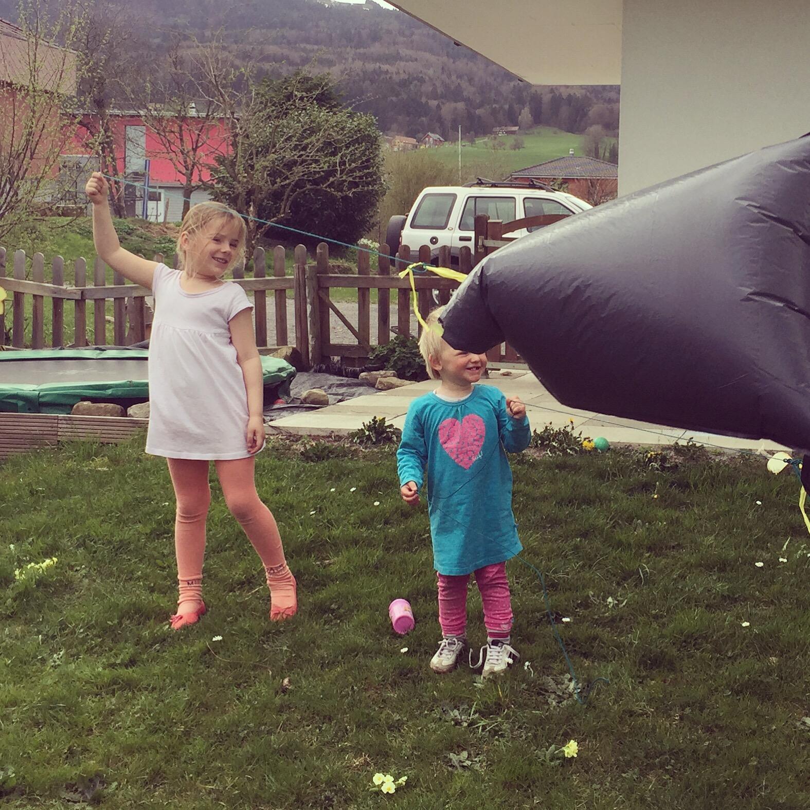 Na een hele gare ochtend, ging ik toch maar terug naar bed. Daarna gingen we naar buiten. We hadden wederom föhn en ik maakte van een vuilniszak een vlieger voor de meiden. Wat een lol hadden ze ervan!