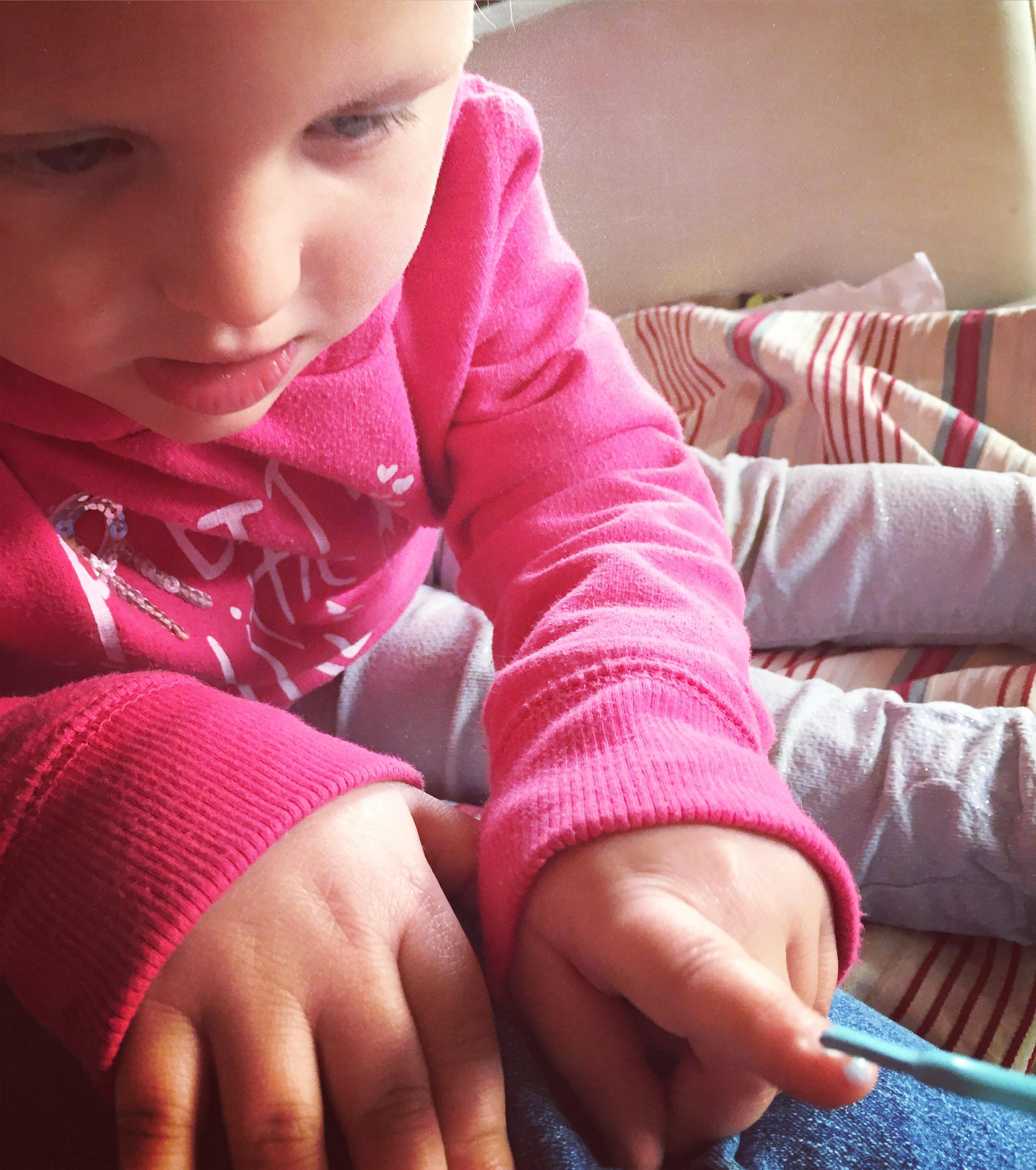 Op dinsdag rommelen we wat in huis totdat LIza naar dr nagels kijkt en me lief vraagt of ik haar 'nagels wil smeren'. Tuurlijk schat!