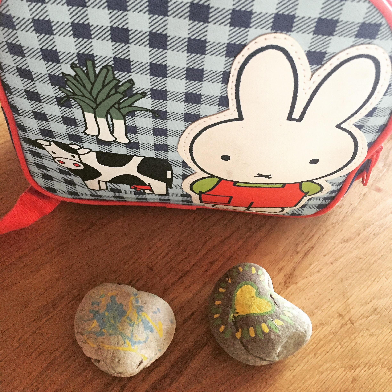 En op maandagavond maak ik Liza's schooltas klaar. De stenen maakten we de vorige keer en moeten troost bieden.