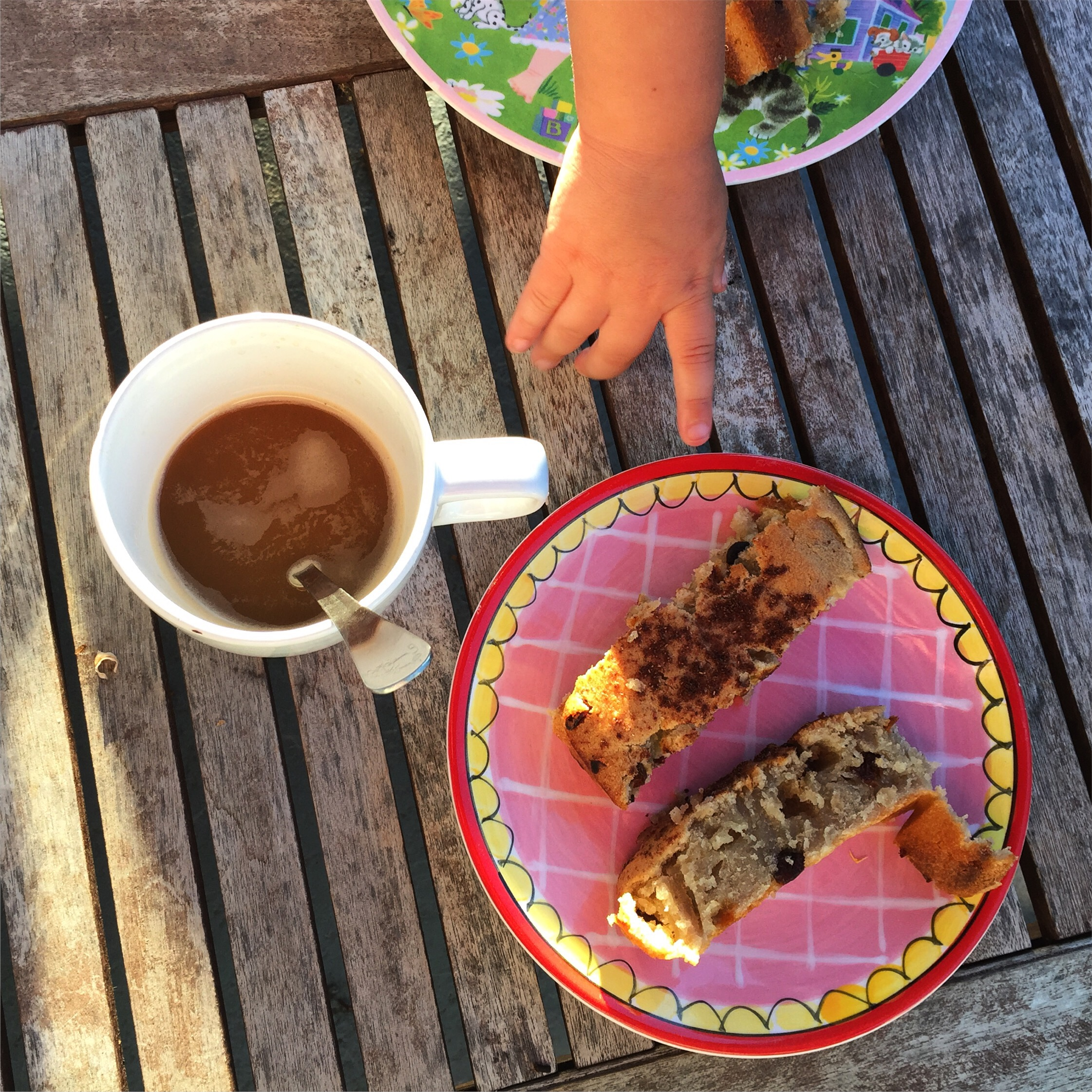 Zaterdagochtend bleek ik geen ontbijt in huis hebben. Gelukkig waren we al om half zes wakker en had ik alle tijd om een bananenbrood te maken!