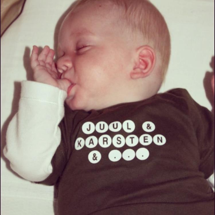 Toen ik vrijdagnacht thuiskwam zag ik deze oude foto van mijn neefje Juul. Met dit shirtje lieten wij weten dat er nog een baby aankwam in de familie. Juul en Karsten schelen 9 en 8 maanden met Eva.