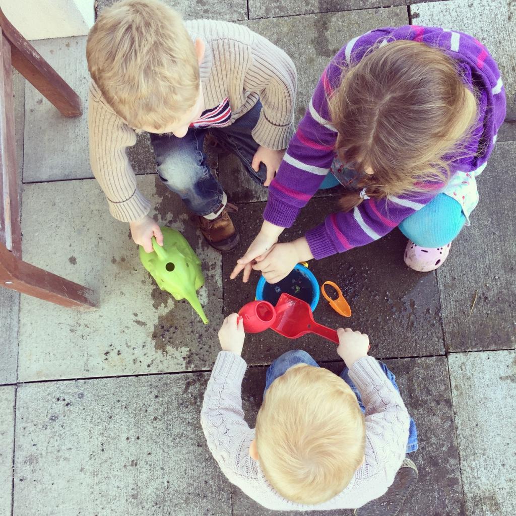 de kinderen spelen zonder aarzelen heerlijk met elkaar.