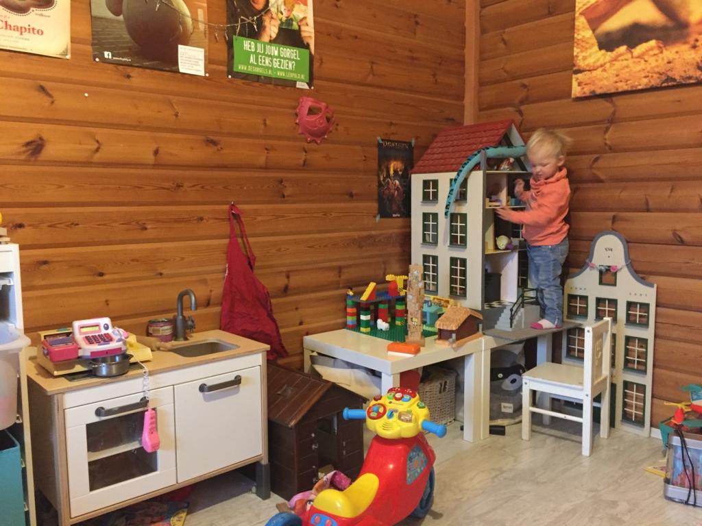 Wanneer ik de speelkamer weer opruim, speelt Liza lekker met de Anna en Elsa poppen