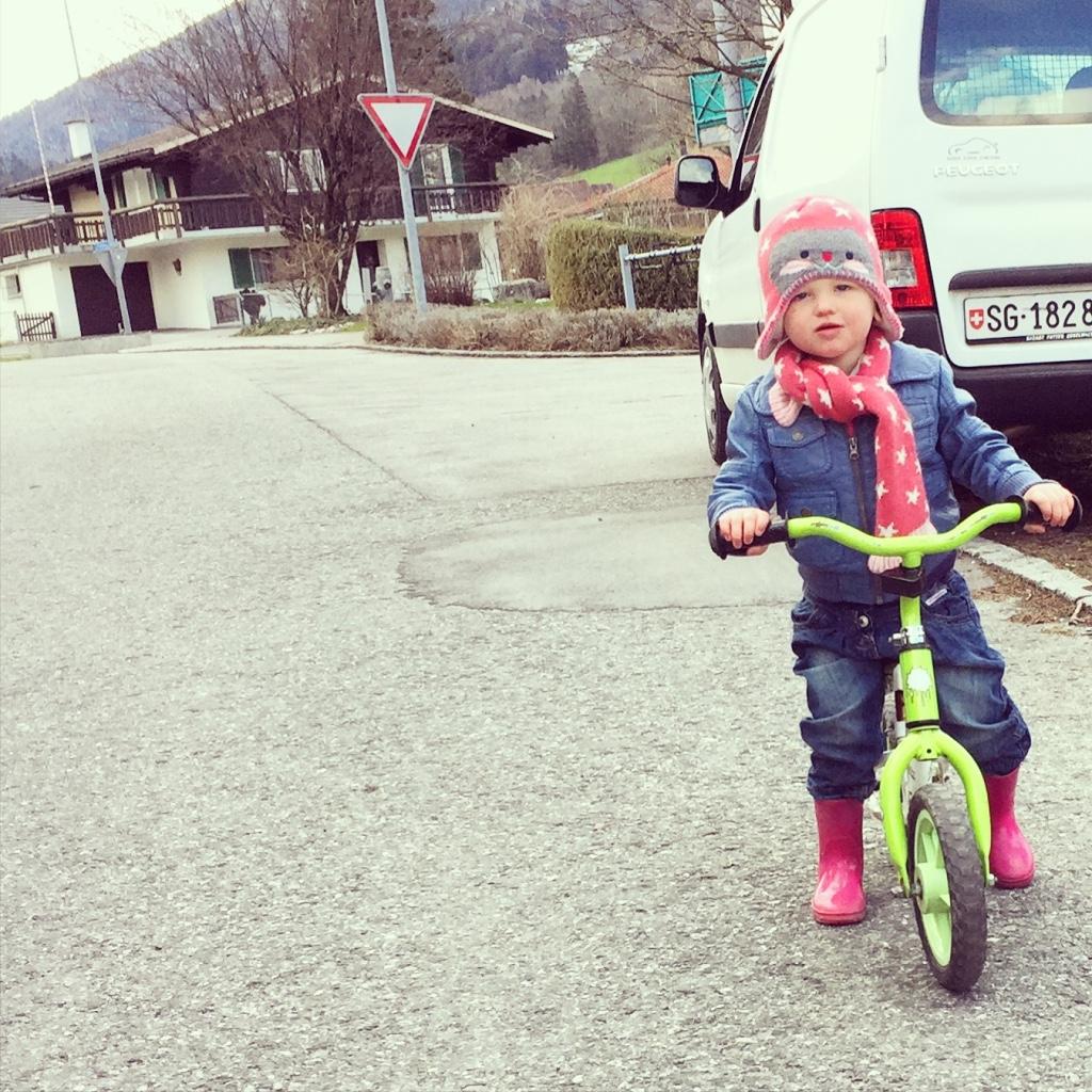 En terwijl we wachten totdat Eva weer terugkomt van de gym, fietst Liza nog een rondje