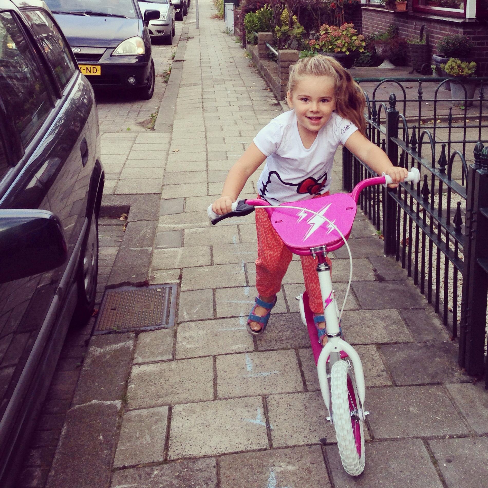 Zaterdagochtend reed Eva zo trots als een pauw op haar nieuwe step naar het dorp.