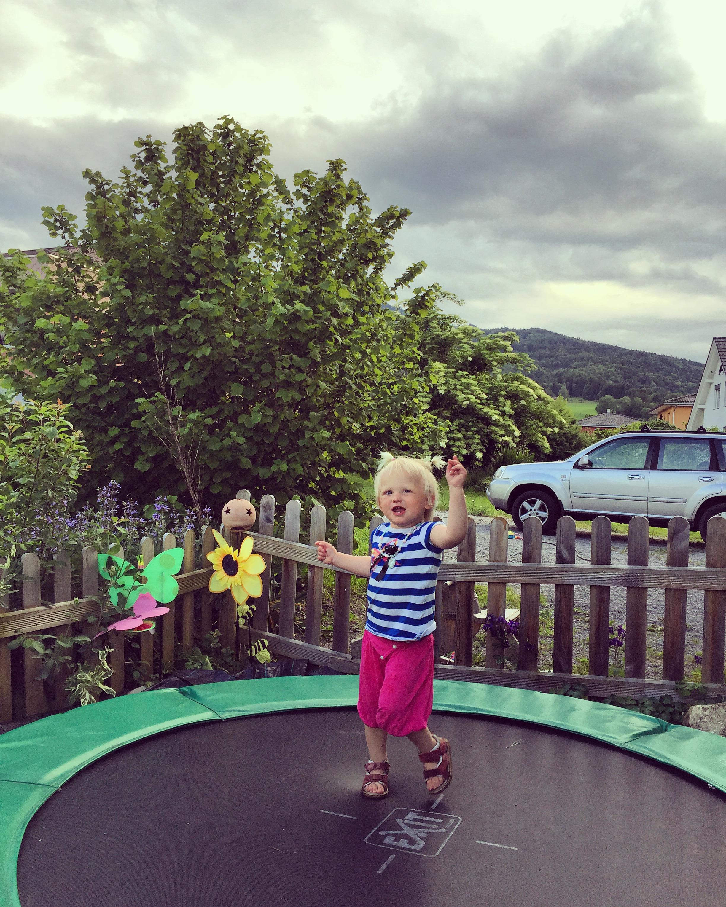 Na het avondeten rent Liza naar de trampoline en geeft een hele show weg!