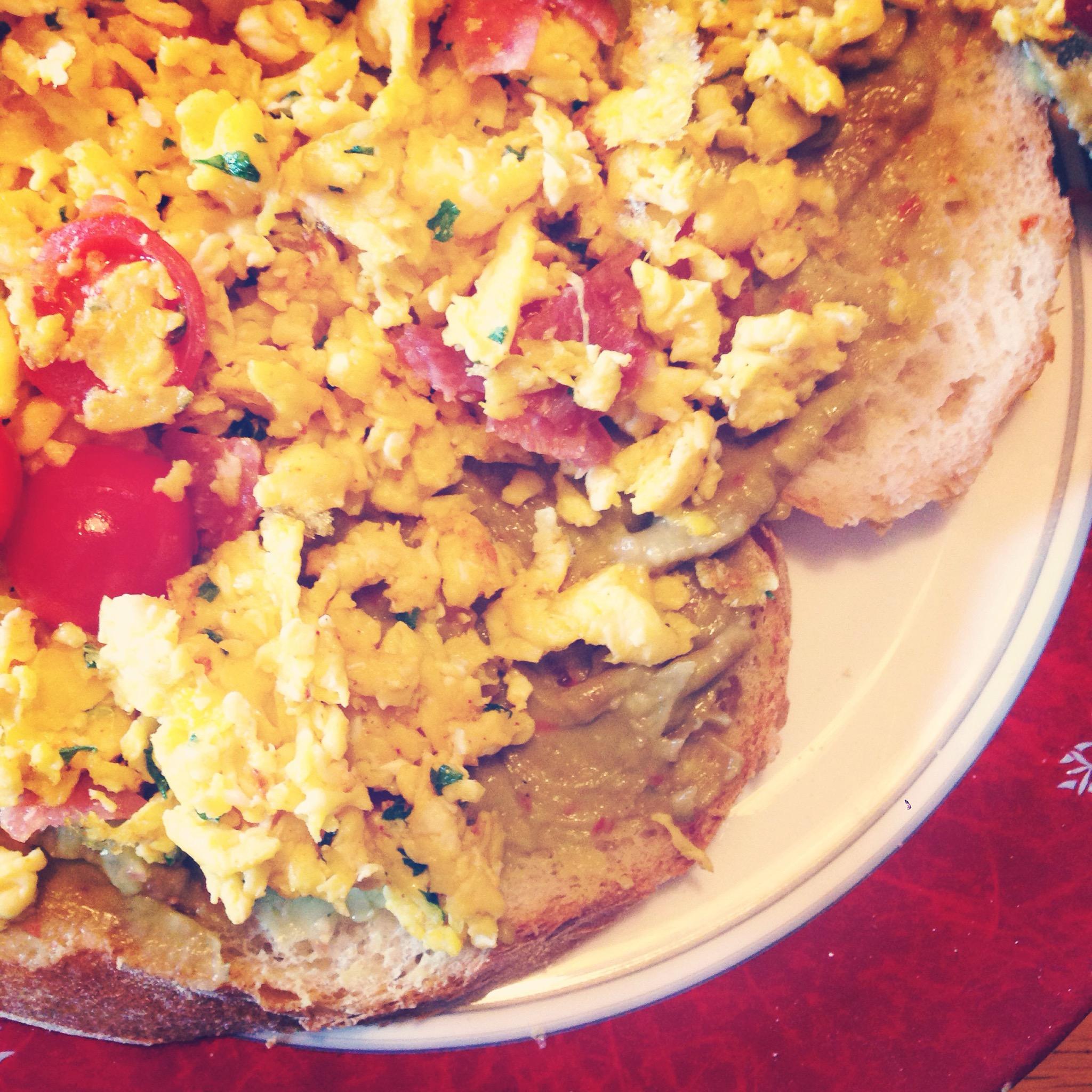 Met een gezellige Eva had ik ook weer zin om wat lekkers voor mezelf te maken. Bij de buren haalde Eva de eieren en ik maakte lekker roerei, met tomaatjes en salami. Daaronder ligt trouwens de verse guacamole van de dag ervoor. Het was echt zo lekker!