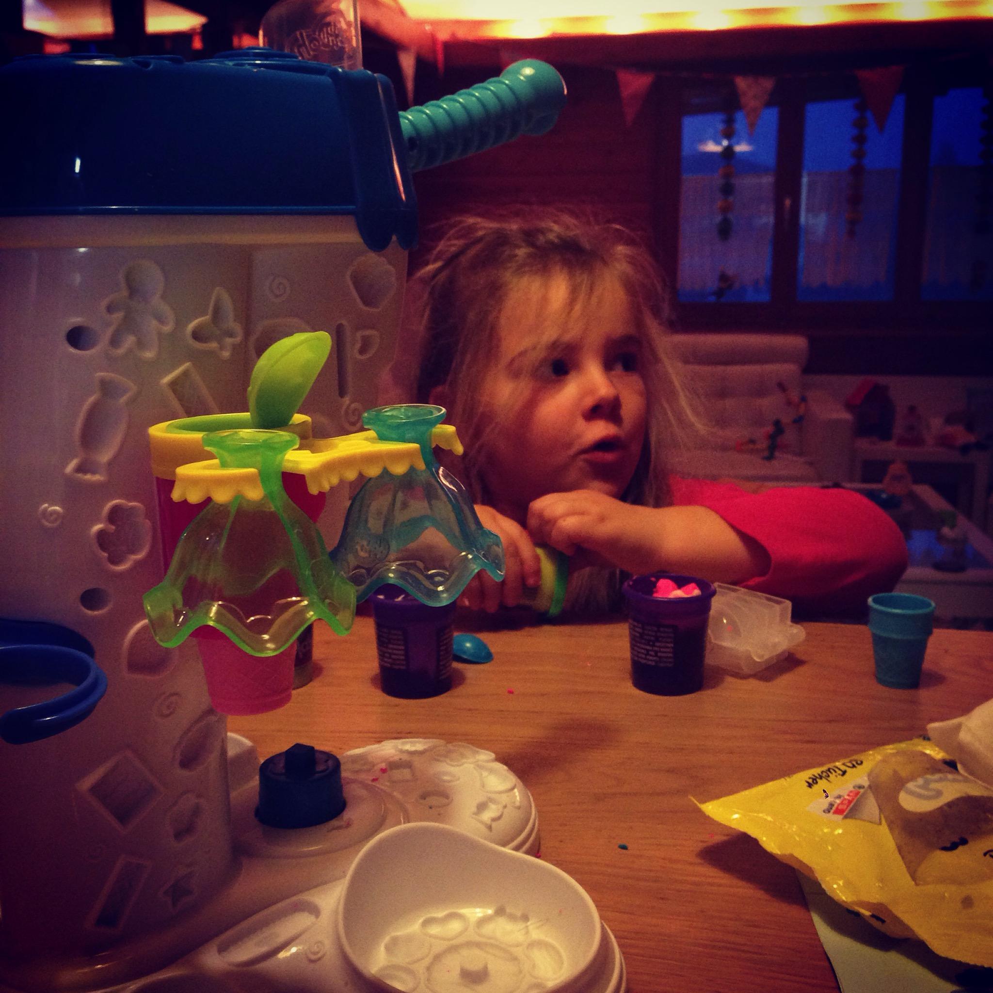 Spelen met haar nieuwe speelgoed van de Sint. Een ijsjesmaker!