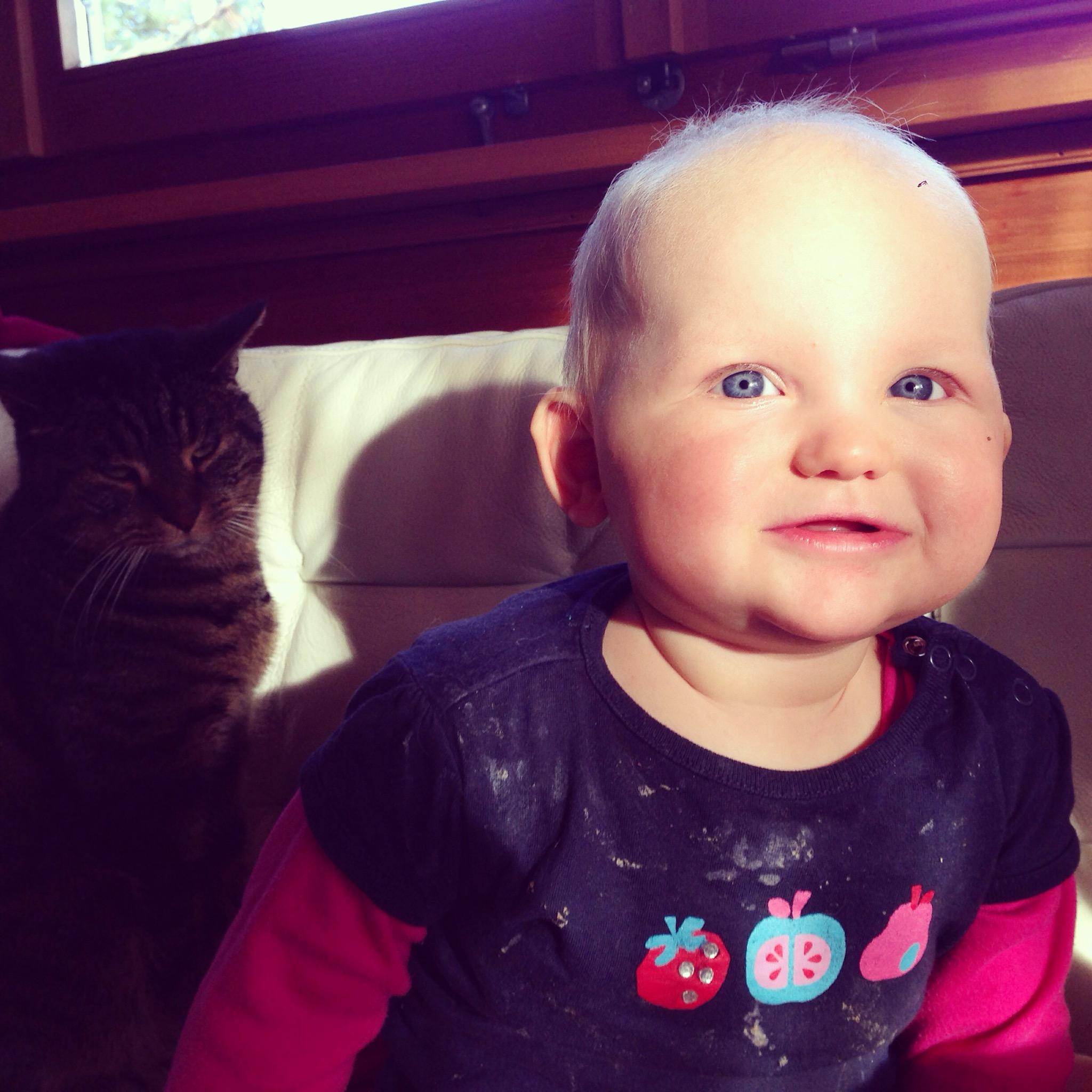 En ja, mijn kind krijgt 's ochtends schone kleren aan. Na haar eerste bord pap of boterham ziet ze er zo uit en zo loopt ze de hele dag. Een slab vinden allebei mijn kinderen echt niks (en ik ook niet!).