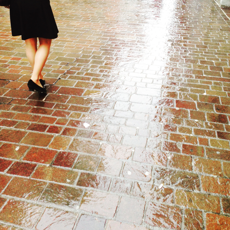 Na de trein, moest ik nog een eindje lopen. In de regen. Mooie foto van mooie benen, helaas niet mijn benen!