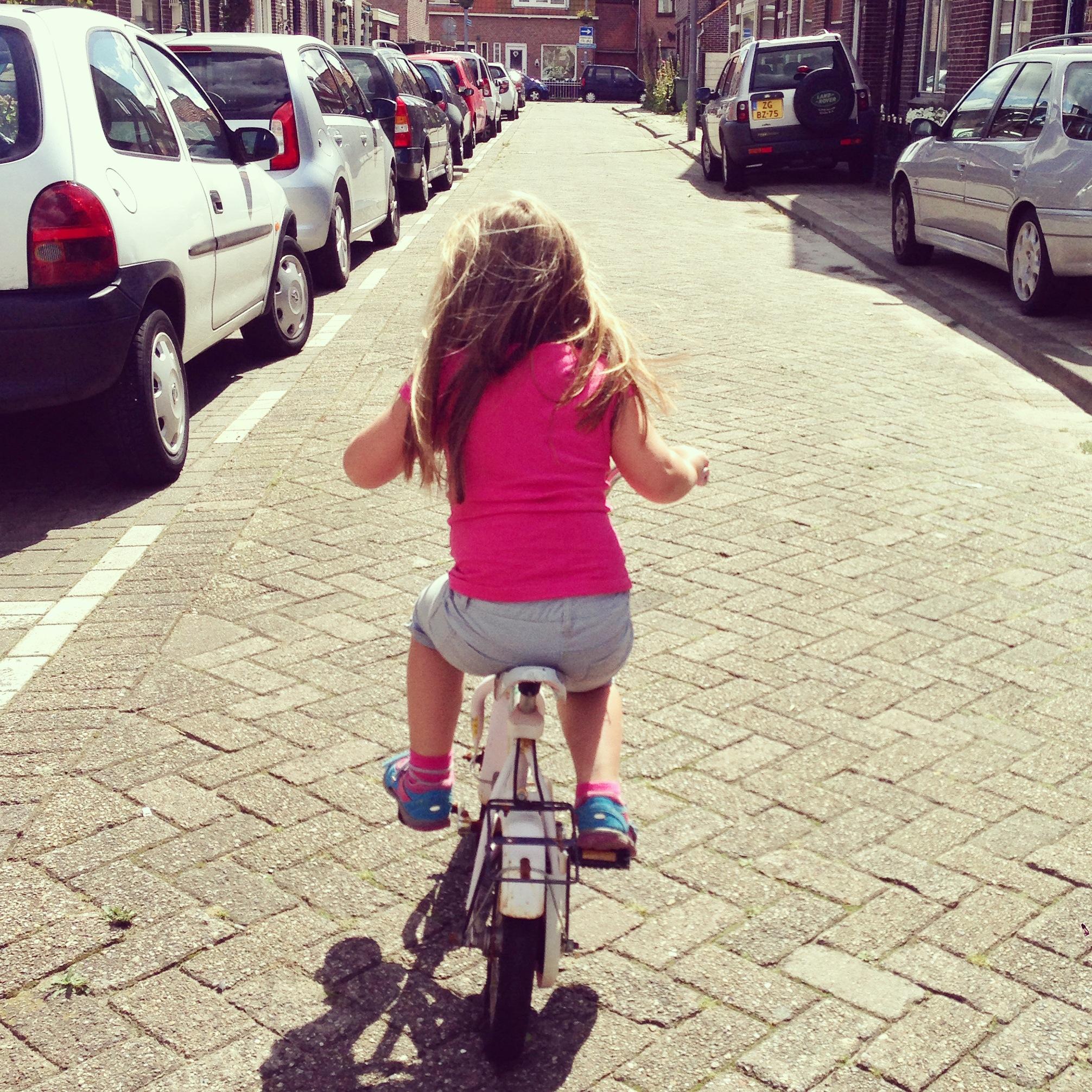 Zaterdagmiddag leerde Eva fietsen.