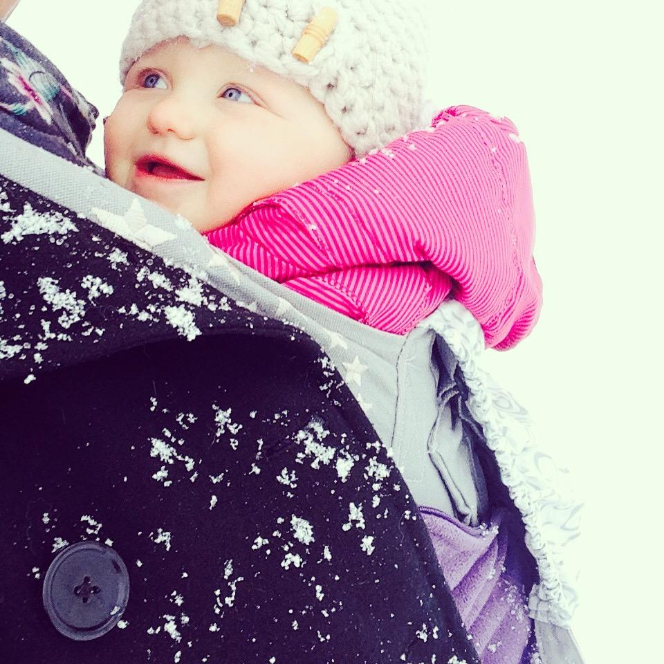 Liza had ik mee in de draagzak. Ze vindt de sneeuw niks en veel te koud, maar zo bij mij houdt ze het wel wat langer vol.