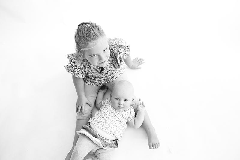 Zondagmiddag ga ik naar Debby om foto's van haar zwangere buik te maken. Ik schiet natuurlijk ook wat plaatjes van de meiden!
