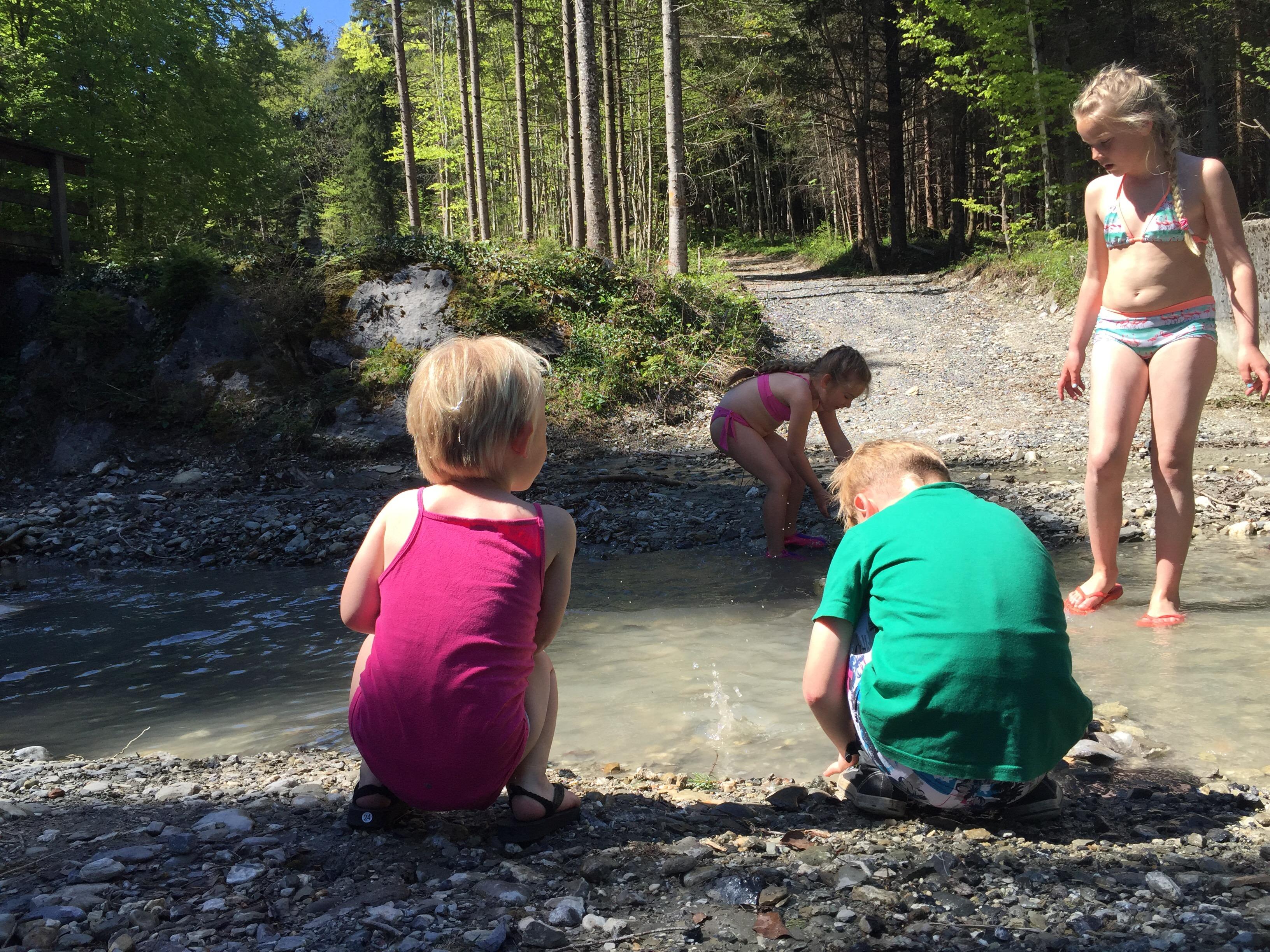 We besluiten te lunchen op de berg en daar konden de kinderen het water in. Supertof!