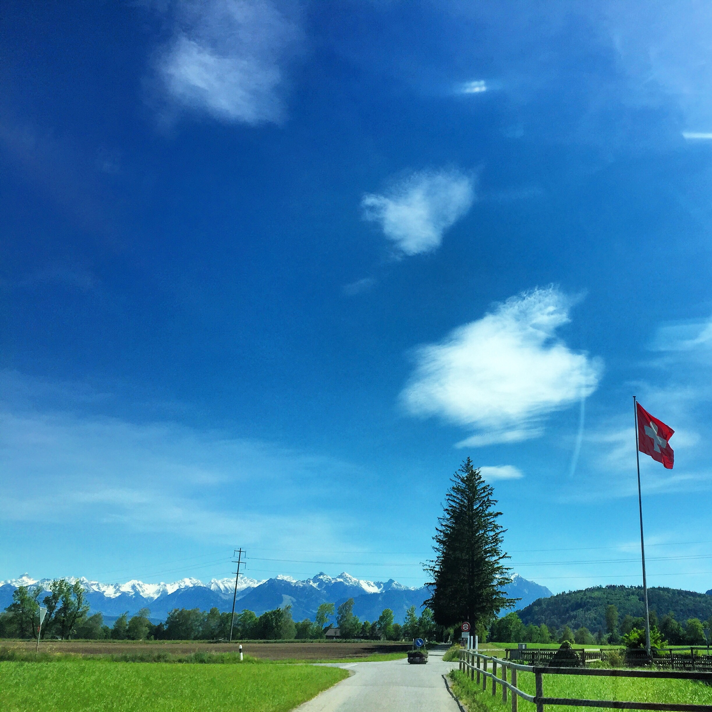 Tijdens het autorijden wel weer een mooi Zwitsers plaatje