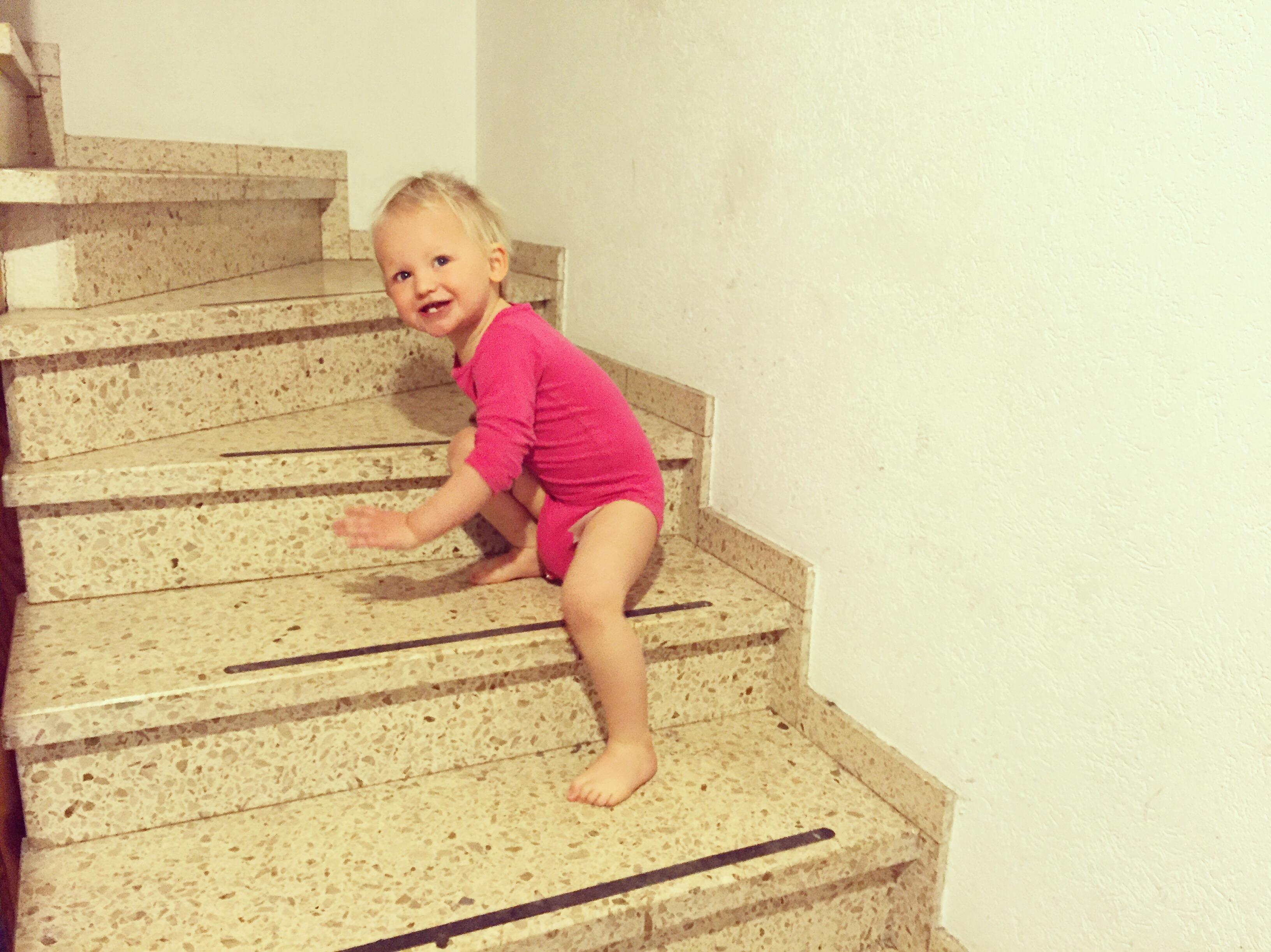 Helpen met de trap af lopen? Nee hoor. Zelf doen!