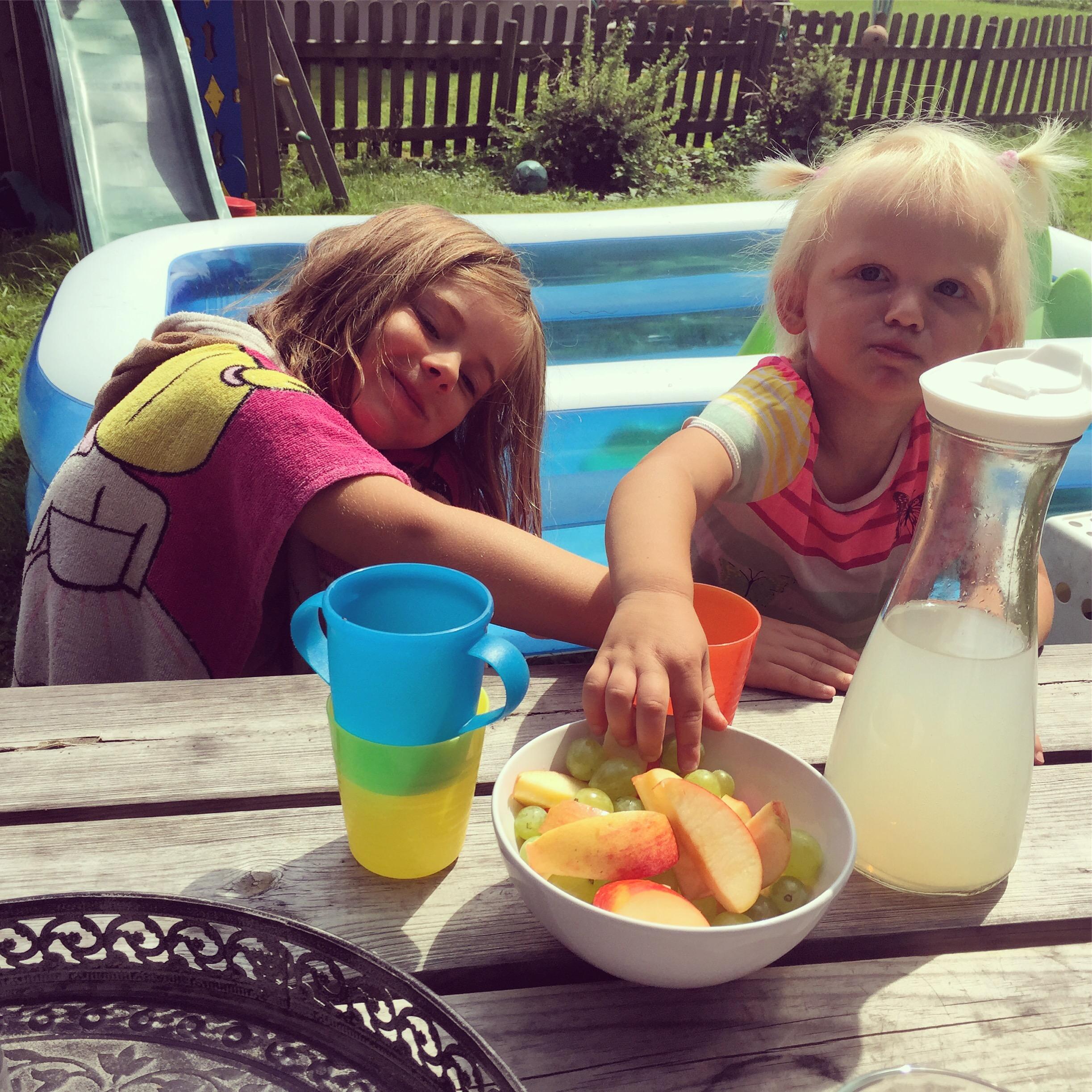 Eva maakt 's middags heel vaak een fruitsalade. Vindt ze leuk en ik vooral erg handig!