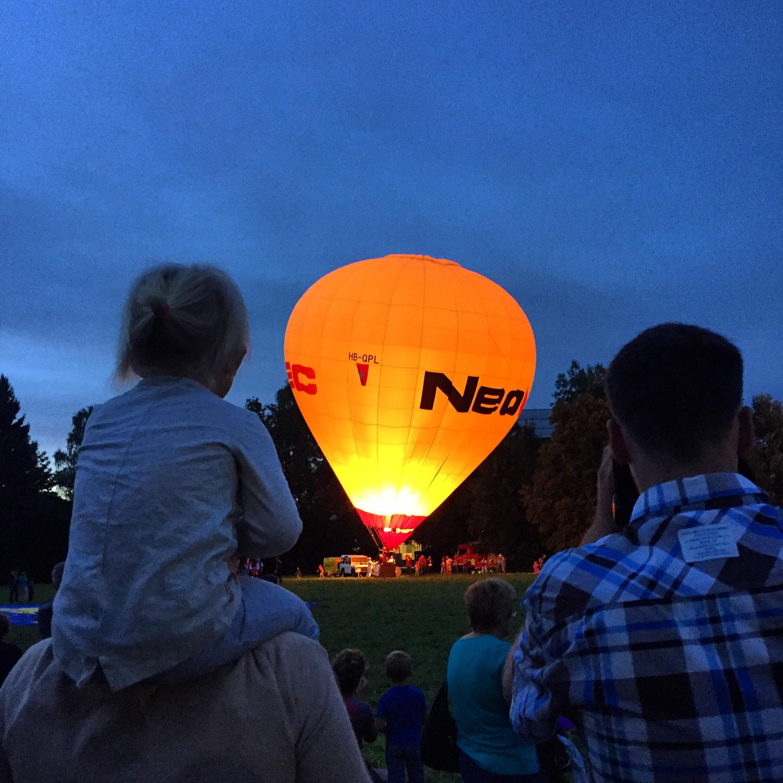 En of het nog niet genoeg was voor de dag, gaan we met de hele bubs zaterdagavond naar de lichtgevende luchtballonnen kijken.