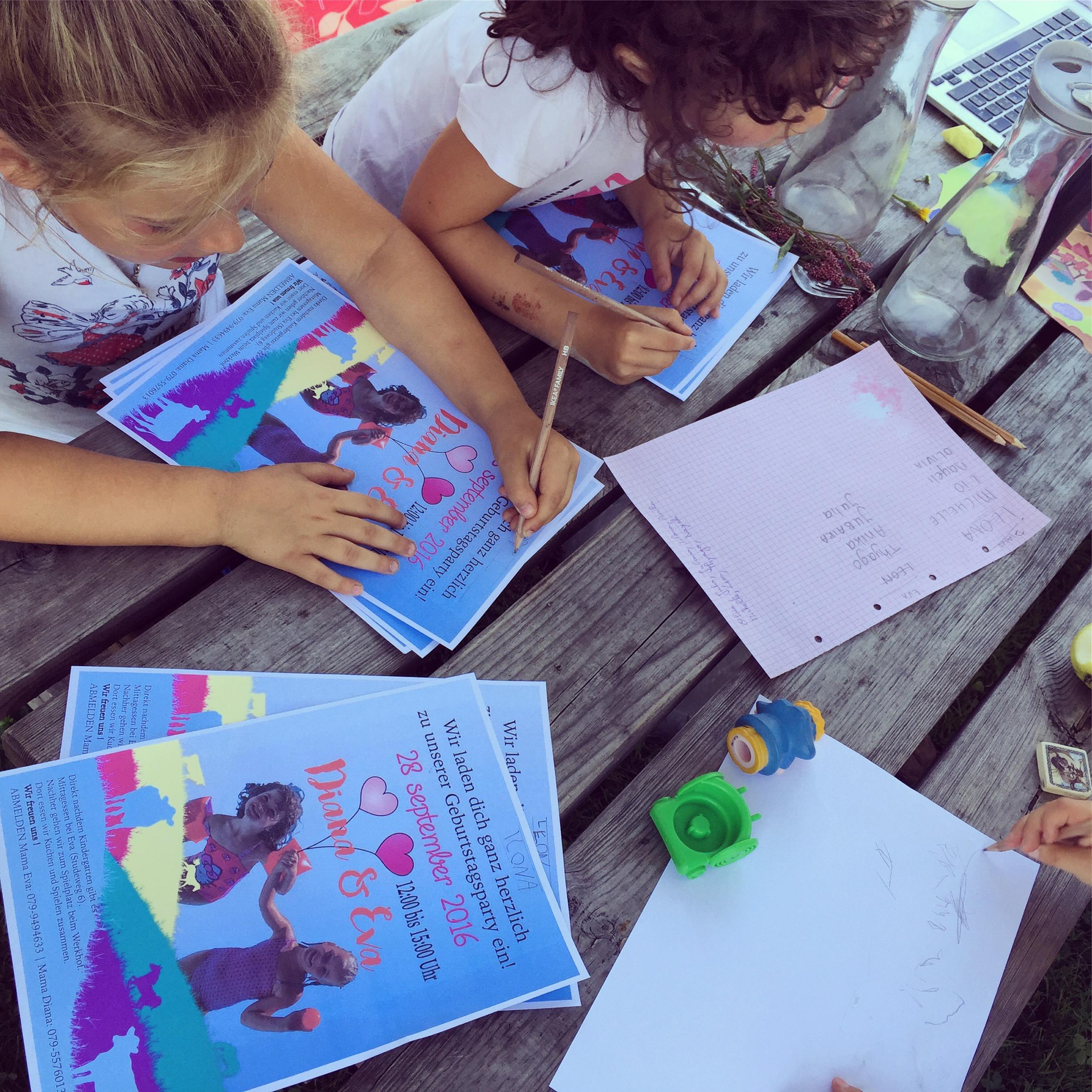 Na school maken Eva en haar vriendinnetje de uitnodigingen voor hun verjaardagsfeestje af.