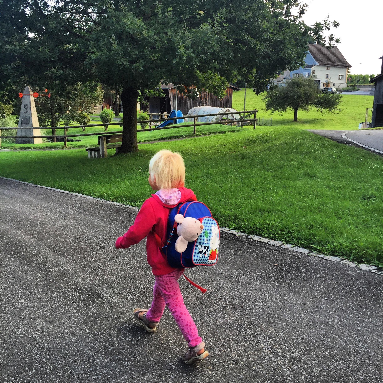 Dinsdagochtend is het weer tijd om naar school te gaan. Wat loopt Liza goed de berg op. Zo trots op haar