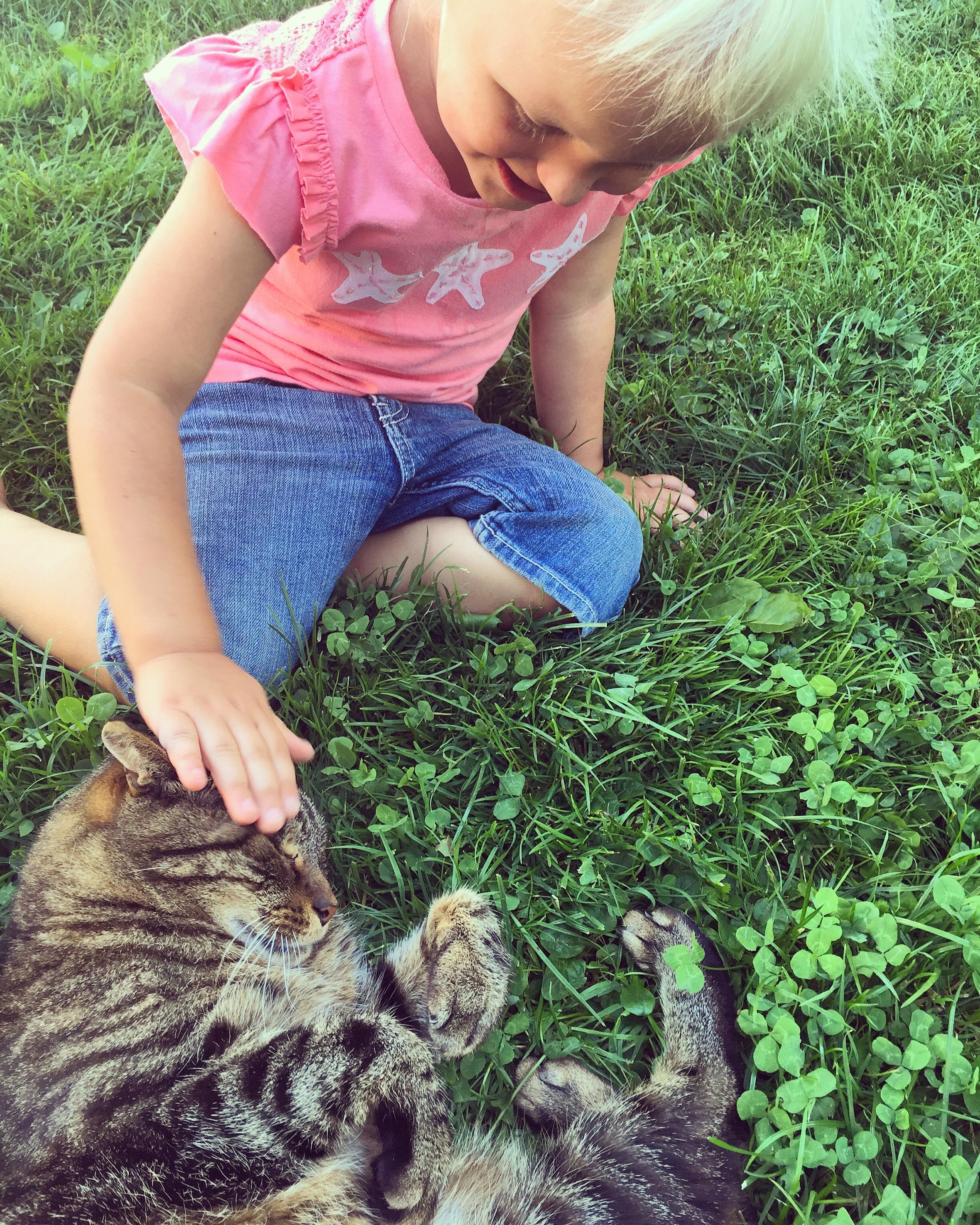Eenmaal thuis wilde Gijs de kat, nog even knuffelen met Liza. Zo schattig.