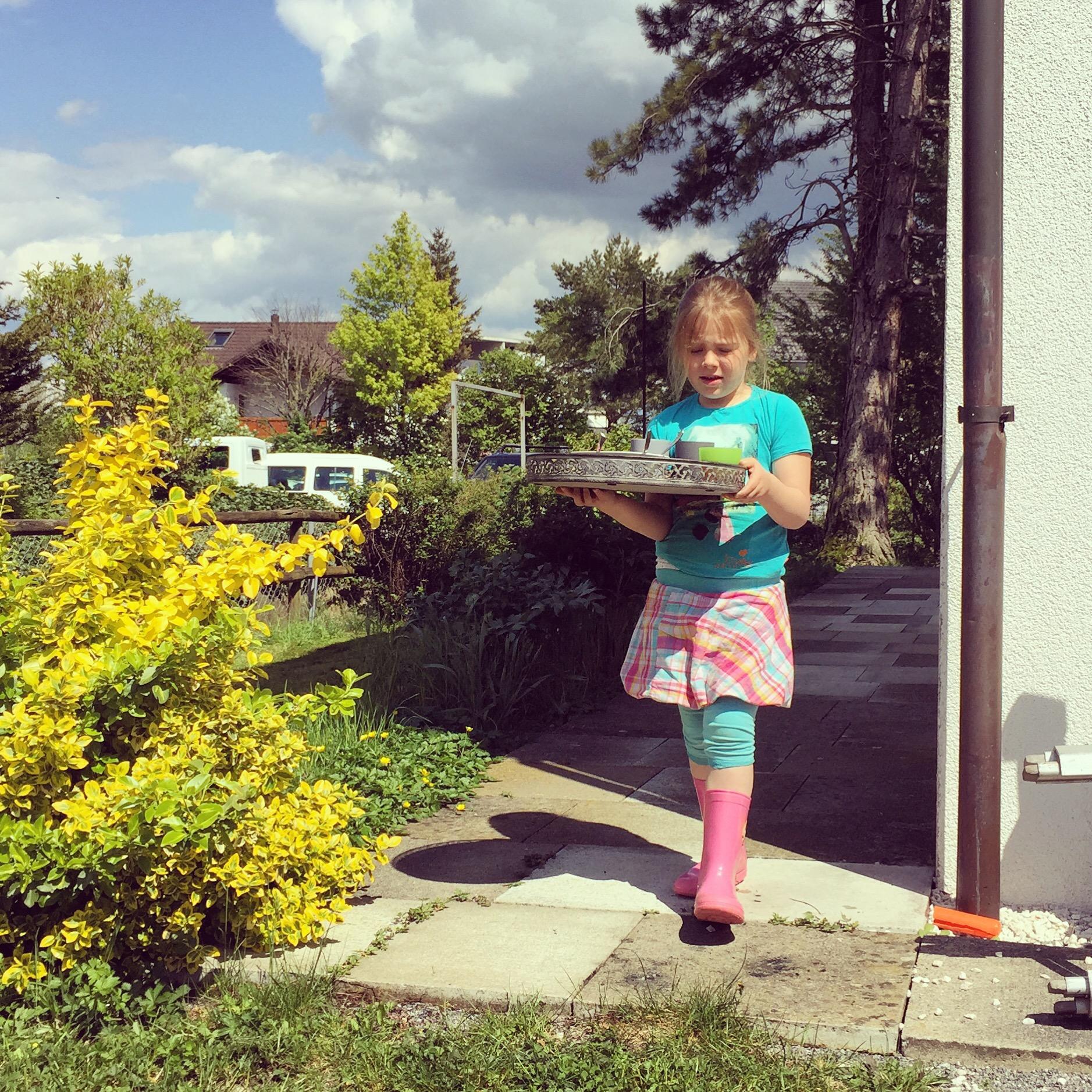 Langzaam werd het weer beter en we snackten dankzij Eva dan ook lekker in de tuin