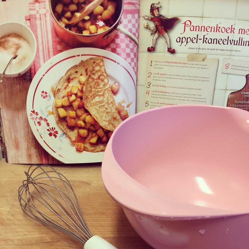 's Middags gaan de kinderen naar een indoor speeltuin en daarna bakken we pannenkoeken voor ze. Boek is van de Efteling en de toffe beslagkom en garde van Rosti Mepal.