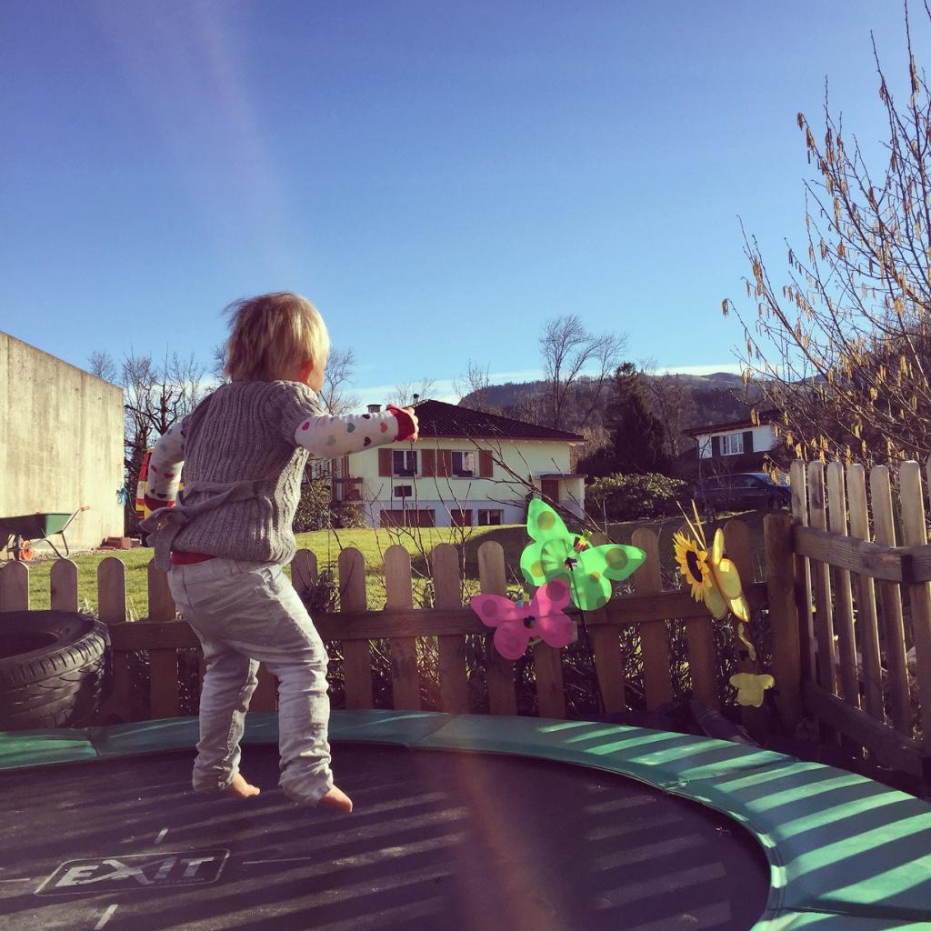 En Liza heeft de trampoline ontdekt en springt erop los!