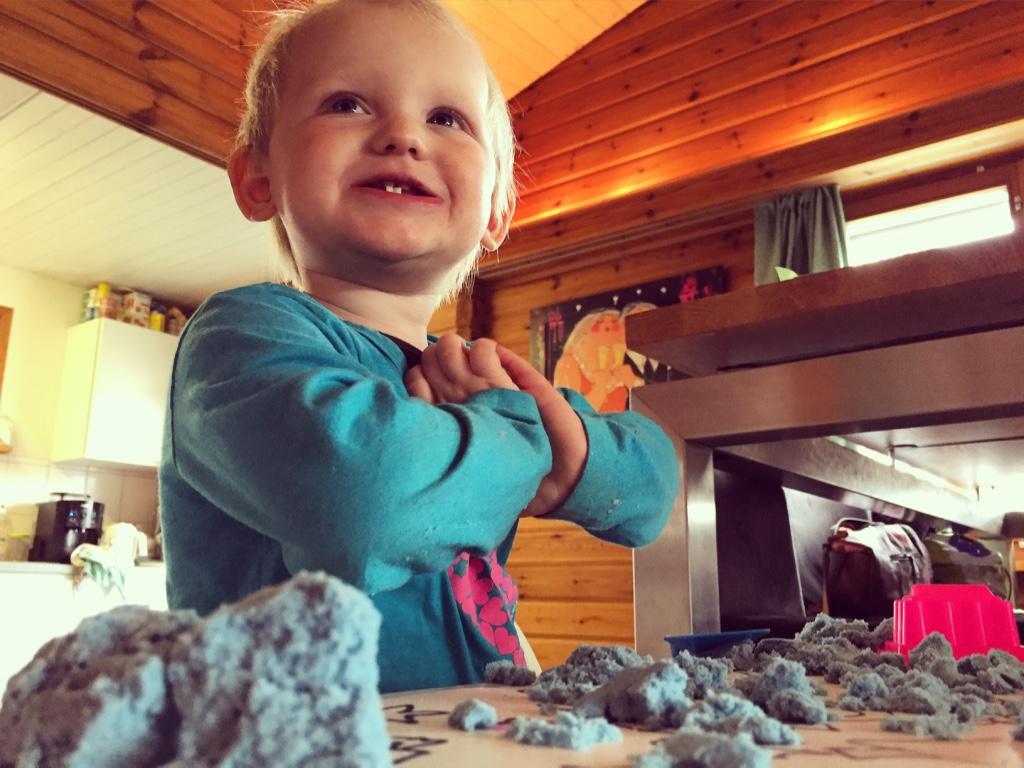 Dinsdagochtend is het een beetje rotweer en speelt Liza met het gekregen speelzand.